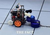 [TF포토] 신중하게 공 옮기는 로봇