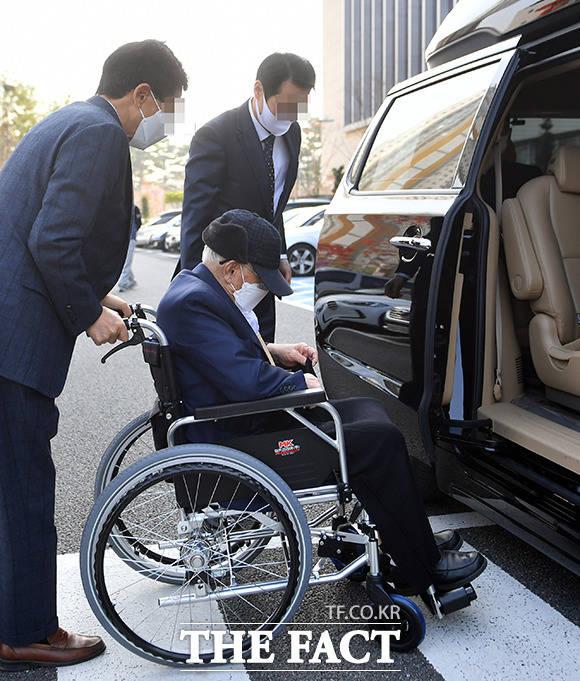 보석 허가 이후 첫 불구속 재판이 열린 16일 오후 휠체어틀 타고 수원지방법원에 출두하는 이만희 총회장. /수원=이선화 기자