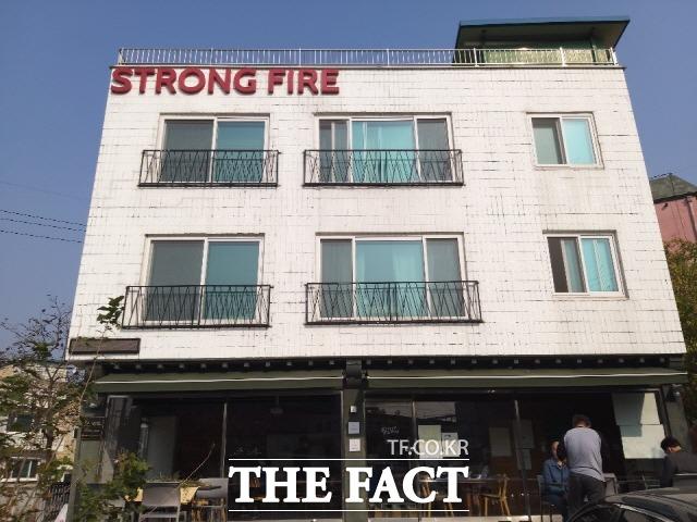 청풍협동조합이 운영중인 게스트하우스 아삭아삭 순무민박. 건물 1층은 펍 레스토랑 스트롱 하우스가 영업중이다./강화=허지현 기자