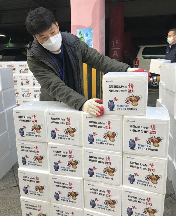 하이트진로가 지역사회 어려운 이웃들의 월동 준비를 돕기 위해 2020 따뜻한 겨울나기 김장김치 나눔 행사를 진행한다. /하이트진로 제공