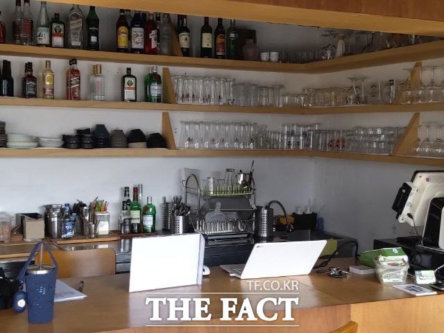 강화 여행자들과 지역 주민들이 만나는 매개적 공간 역할을 하고있는 펍 레스토랑 스트롱 파이어 내부 전경./ 강화=허지현 기자
