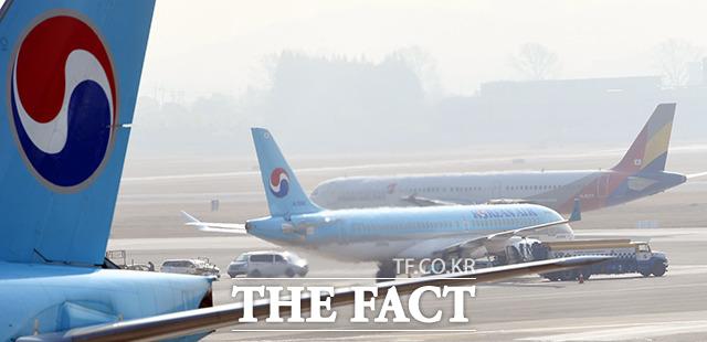 한진그룹이 아시아나항공 인수를 공식화한 16일 오전 서울 강서구 김포국제공항 주기장에 대한항공과 아시아나 여객기가 세워져 있다. /김포국제공항=이동률 기자