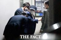 [단독] '휠체어 재판' 이만희, 집 앞에선 깜짝 '직립 보행' 포착