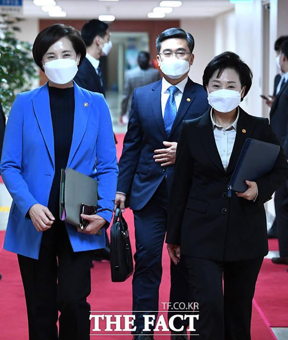 유은혜 사회부총리 겸 교육부장관과 서욱 국방부장관, 김현미 국토부장관(왼쪽부터)