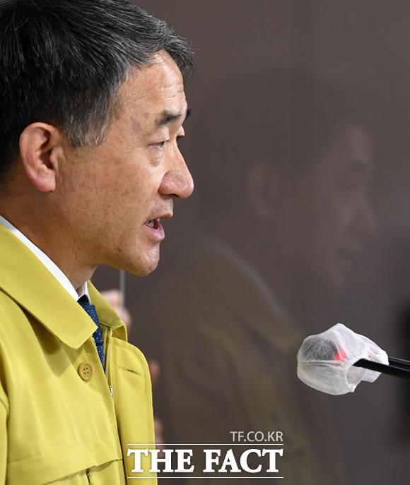 박능후 보건복지부 장관이 17일 오후 서울정부청사에서 열린 중대본 사회적 거리두기 1.5단계 격상과 관련한 브리핑을 진행하고 있다. /임세준 기자