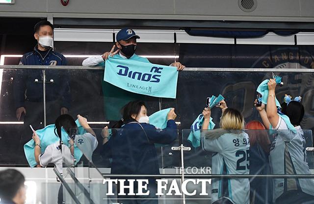 2020 신한은행 SOL KBO리그 한국시리즈 1차전 두산 베어스와 NC 다이노스의 경기가 17일 오후 서울 구로구 고척스카이돔에서 열렸다. NC가 창단 첫 한국시리즈에서 두산에게 5-3으로 승리한 가운데 구단주인 김택진 엔씨소프트 대표(윗줄 오른쪽)가 팬들과 함께 기뻐하고 있다. / 배정한 기자