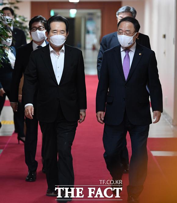정세균 국무총리(왼쪽)와 홍남기 경제부총리가 17일 오전 서울정부청사에서 열린 국무회의에 참석하고 있다. /임세준 기자