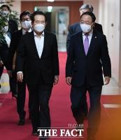 [TF사진관] 국무회의 참석하는 정세균 총리와 각 부처 장관들