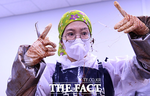 이혜림 수의사가 거북의 장에서 발견된 폐그물을 살펴보고 있다.