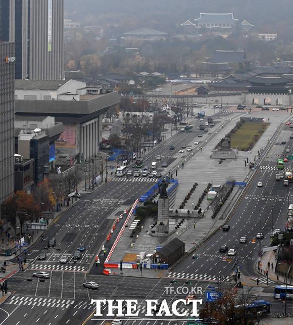서울시가 새로운 광화문광장 조성공사를 시작한 가운데 18일 오전 서울 종로구 광화문광장 일대 모습이 보이고 있다. /임세준 기자