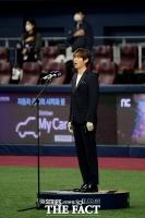 [TF포토] 한국시리즈 2차전, 애국가 부르는 손태진