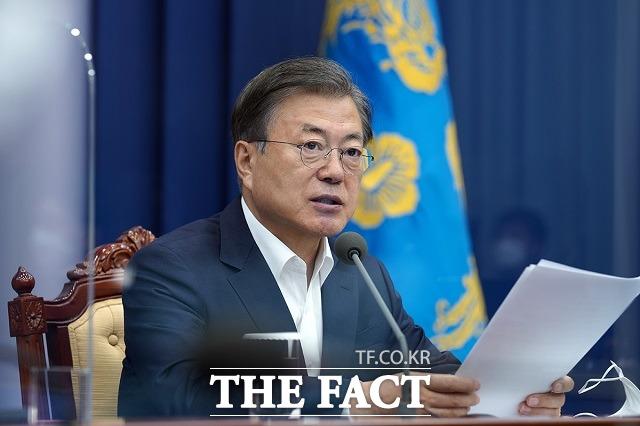 코로나19 신규 확진자 수가 급증함에 따라 3차 대유행 우려가 커지면서 한국 경제 회복에 먹구름이 꼈다. 사진은 문재인 대통령. /청와대 제공