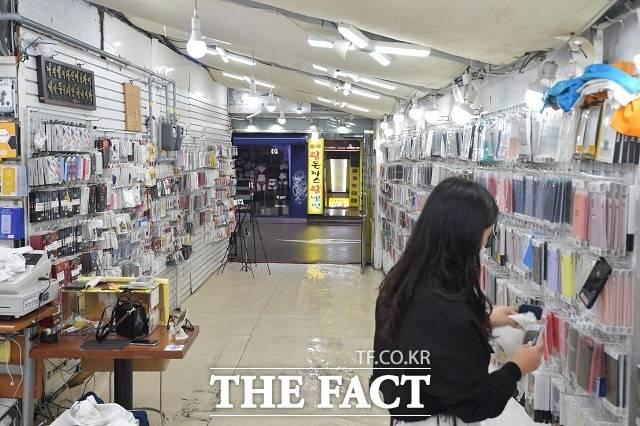 정부는 코로나19 확진자가 5일 연속 300명대를 기록하자 24일 0시부터 사회적 거리두기를 2단계로 격상했다. 지난 19일 서울 마포구 홍대거리의 한산한 모습. /이덕인 기자