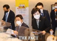 [TF포토] 부동산 관계장관회의 참석하는 김현미 국토교통부장관