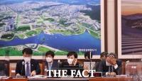 [TF사진관] '이번 대책은 통할까?' 분주한 김현미 장관