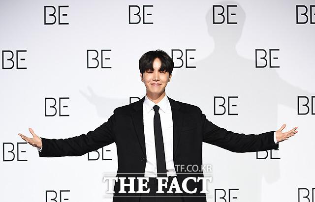 그룹 방탄소년단(BTS) 제이홉이 20일 오전 서울 동대문디자인플라자에서 열린 BE(Deluxe Edition) 글로벌 기자간담회에 참석해 포즈를 취하고 있다. /이새롬 기자