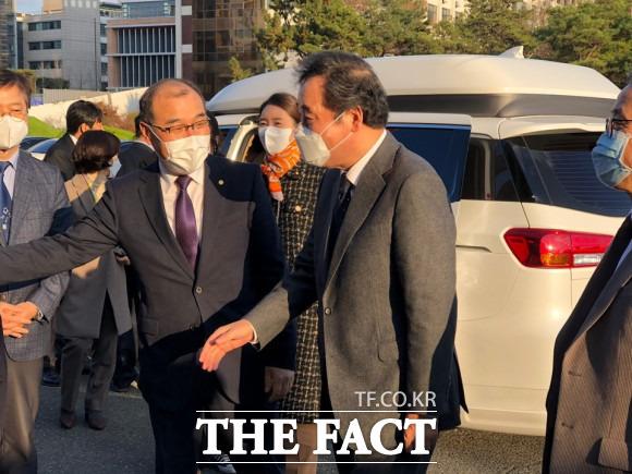 더불어민주당 이낙연 대표가 가덕도신공항에 대해 특별법이 필요하면 제정해야 한다며 신공항에 대한 추진 의지를 드러냈다. 사진은 경북대 홍원화 총장의 안내를 받고 있는 이낙연 대표 / 박성원 기자