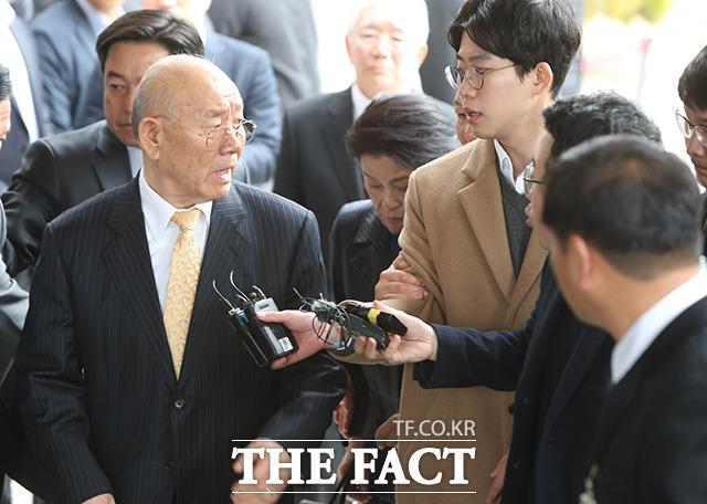 전두환 전 대통령이 지난해 3월11일 광주지방법원에 들어서며 취재진 질문에 왜 이래?라고 말하고 있다. /더팩트 DB