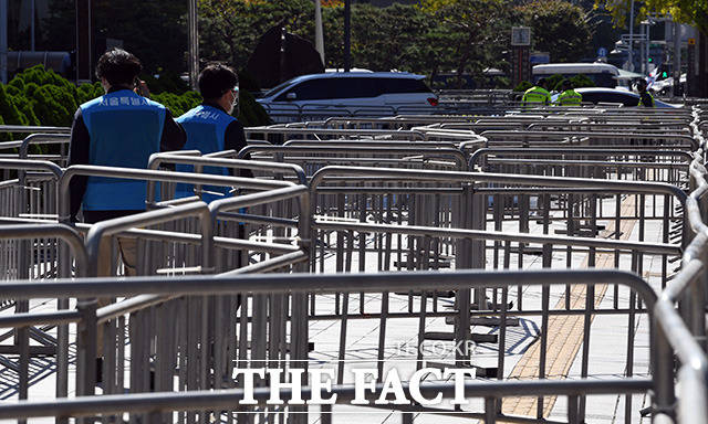 국내 신종 코로나바이러스 감염증(코로나19) 확진자가 급증한 가운데 서울에서도 2주 사이 일일 확진자가 3배 이상 늘어나며 3차 유행 우려가 커지고 있다. 한글날인 9일 오전 서울 세종대로 광화문광장 주변 도로에 집회 및 차량시위를 대비해 펜스가 설치돼 있다. /임영무 기자