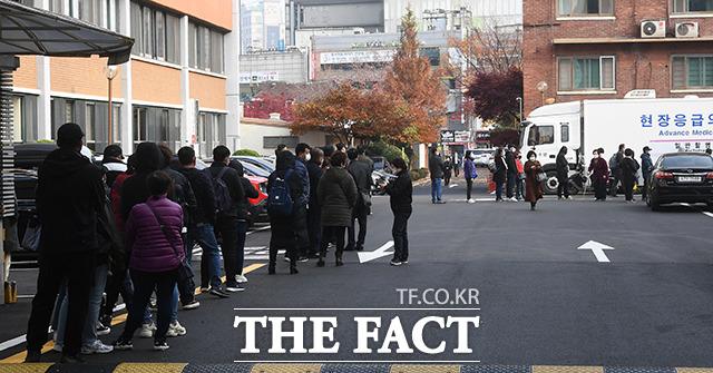 국내 신종 코로나바이러스 감염증(코로나19) 확진자가 급증한 가운데 서울에서도 2주 사이 일일 확진자가 3배 이상 늘어나며 3차 유행 우려가 커지고 있다. 15일 오후 서울 중구 국립중앙의료원 선별진료소에서 많은 시민들이 검사를 받기 위해 대기하고 있다. /이동률 기자