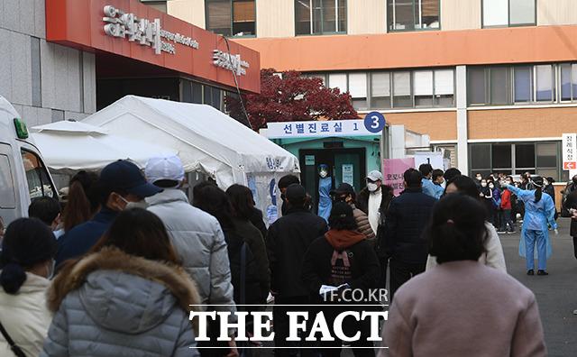 서울 동대문구의 한 고등학교에서 신종 코로나바이러스 감염증(코로나19) 집단감염이 발생했다. 일일 확진자가 200명을 넘어선 15일 오후 서울 중구 국립중앙의료원 선별진료소에서 많은 시민들이 검사를 받기 위해 대기하고 있다. /이동률 기자