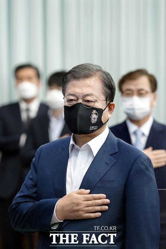 문재인 대통령이 지난 17일 청와대에서 열린 국무회의에 참석해 제19차 국제반부패 국제회의 로고가 새겨진 마스크를 쓰고 국민의례를 하는 모습. 만화 캐릭터가 새겨진 마스크가 눈길을 끈다. /청와대 제공
