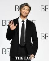 [TF사진관] BTS RM, '올블랙 슈트로 멋냈어요'