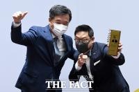 [TF포토] 서정협 권한대행-데니스 홍, '흥 넘치는 기념촬영'