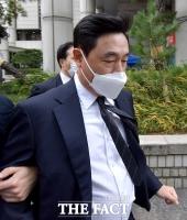 [TF포토] 황급히 법정 나서는 조현식 한국타이어 부회장