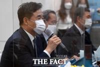 [TF포토] 문화상 수상자들에게 축하 전하는 서정협 권한대행