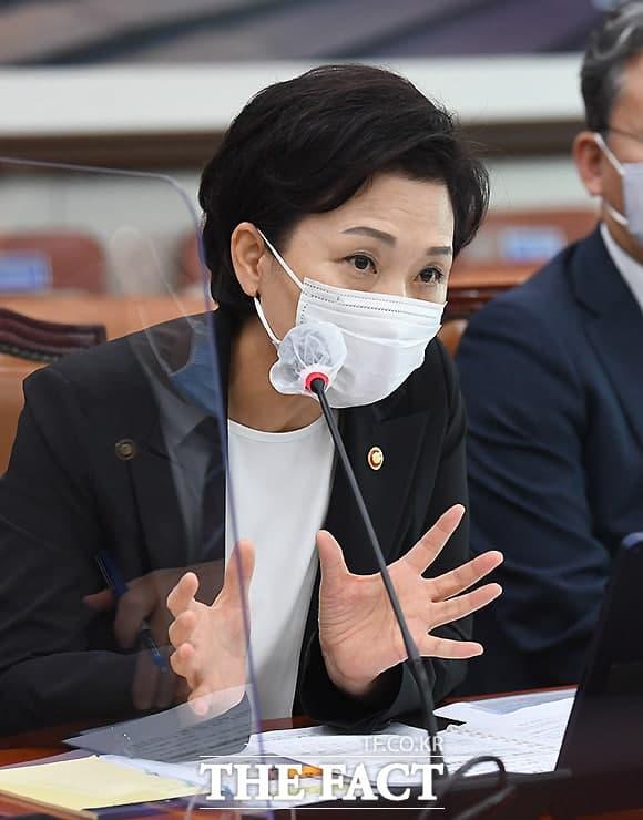 김현미 국토교통부 장관은 지난 18일 호텔방 전·월세 활용 대책과 관련, 현재 하고 있는 정책이기도 하다. 영업이 되지 않는 호텔들을 리모델링해서 청년주택으로 쓰고 있는데 굉장히 반응이 좋다고 말했다. /이새롬 기자