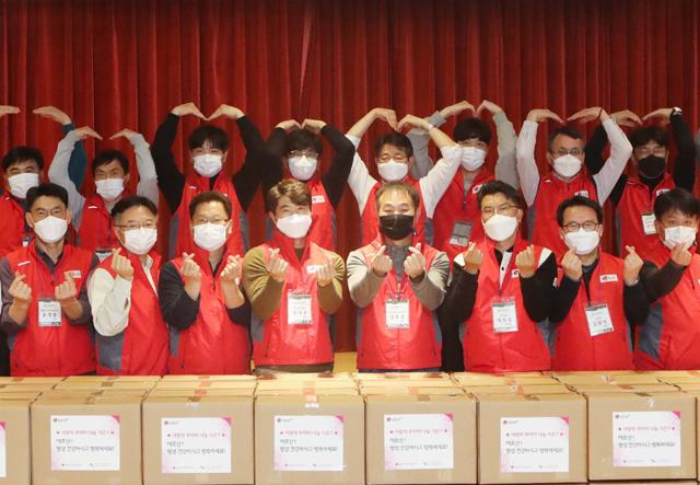 LG유플러스와 U+동반성장보드 회원사인 협력사 임직원 자원봉사자들이 홀로 사는 어르신들에게 전달할 사랑의 꾸러미를 제작하고 있다. /LG유플러스 제공
