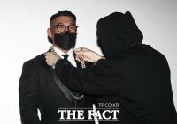 [TF포토] 팬에게 목걸이 선물 받는 유튜버 야생마