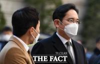 [TF사진관] '파기환송심 재개'…법원 들어서는 이재용 부회장
