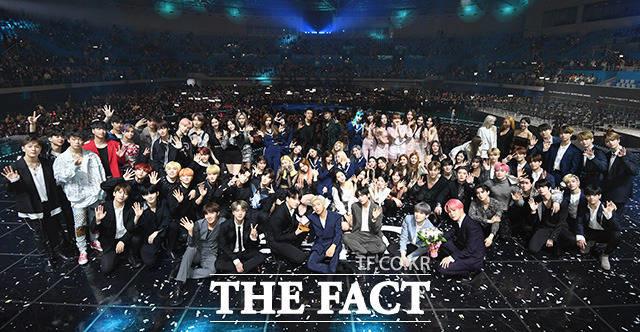 2018 더팩트 뮤직 어워즈에 출연한 모든 가수들이 기념 사진을 촬영한 모습. /더팩트 DB
