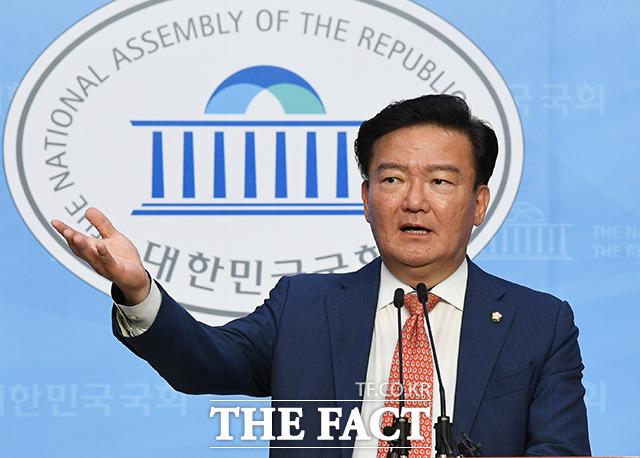 민경욱 전 의원은 올해 상반기 정치후원금 중 288건의 18원 후원금을 받은 것으로 나타났다. 지난 5월 21일 국회에서 기자회견을 열고 총선 부정선거 의혹을 제기하는 민 전 의원. /배정한 기자