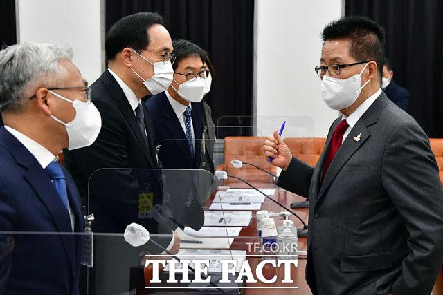 박선원 기조실장, 김상균 1차장과 대화하는 박지원 국정원장.