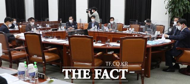 국민의힘 의원들은 더불어민주당의 국가정보원법 개정안에 반발하며 전체회의 개의시간에 참석하지 않았다.