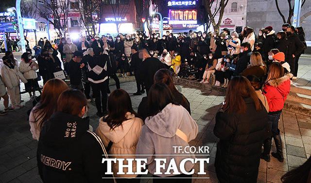 수도권 사회적 거리두기 2단계 격상을 하루 앞둔 23일 저녁 서울 마포구 홍익대학교 인근 거리에서 열린 버스킹 공연 모습. 코로나19 확산세가 심각한 상황에서도 다닥다닥 붙어 있는 시민들 모습이 눈길을 끈다. /이동률 기자