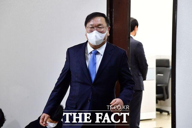 정보위원회 전체회의를 앞둔 가운데 김태년 더불어민주당 원내대표가 전해철 정보위원장실을 나서고 있다.