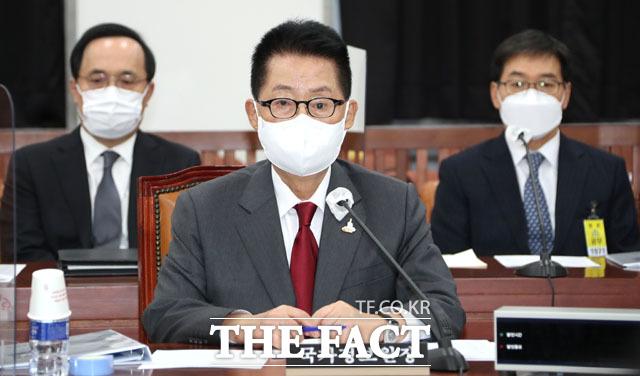 박지원 국가정보원장(가운데)이 24일 오후 서울 여의도 국회에서 열린 정보위원회 전체회의에 참석해 개의를 기다리고 있다. /국회=남윤호 기자