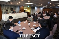 [TF포토] 외신기자클럽 초청 간담회 참석한 김종인