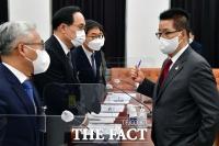 [TF포토] 대화 나누는 박지원 국정원장과 차장들