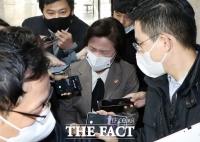 [TF사진관] '검찰총장 업무배제'… 추미애 장관에게 쏟아진 질문
