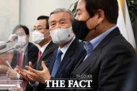 [TF포토] 긴급기자회견 갖는 김종인