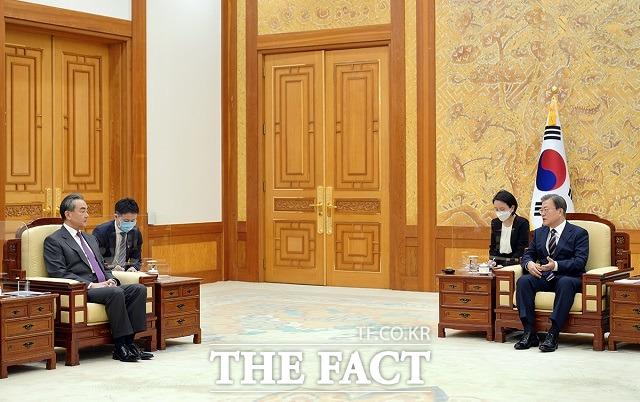 문재인 대통령이 26일 오후 청와대 본관 접견실에서 왕이 중국 국무위원 겸 외교부장을 접견하고 있다. /청와대 제공