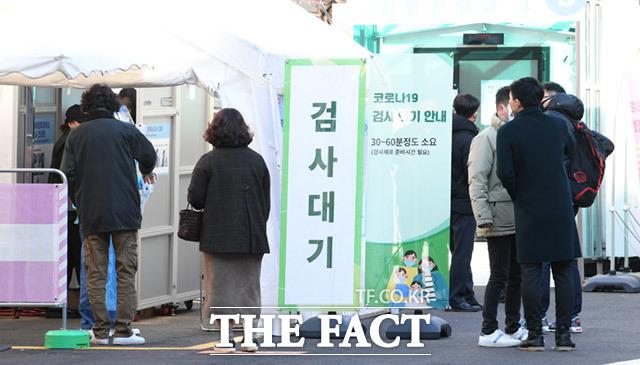 서울 지역 신종 코로나바이러스 감염증(코로나19) 확진자가 200명을 넘어서며 사태 발생 이후 최고치를 기록했다. 23일 오전 서울 중구 국립중앙의료원 선별진료소에서 시민들이 검사를 받고 있다. /임세준 기자