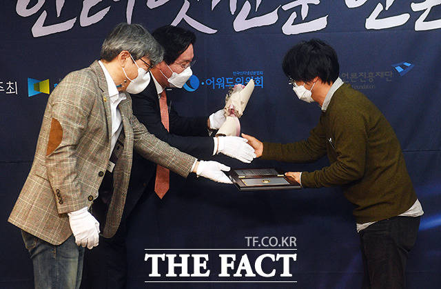 보도부문에서 수상한 더팩트 이철영 기자(오른쪽)가 이근영 한국인터넷신문협회장과 최정식 i-어워드위원회 위원장으로부터 상패를 받고 있다.
