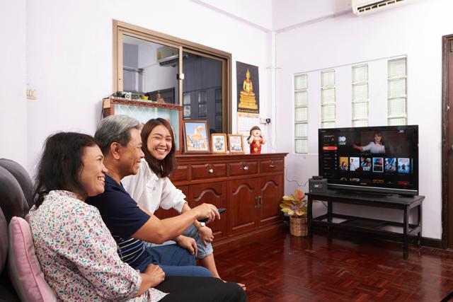 태국 현지 가정에서 가족들이 KT 올레TV 플랫폼이 적용된 3BBTV GIGATV를 시청하고 있다. /KT 제공