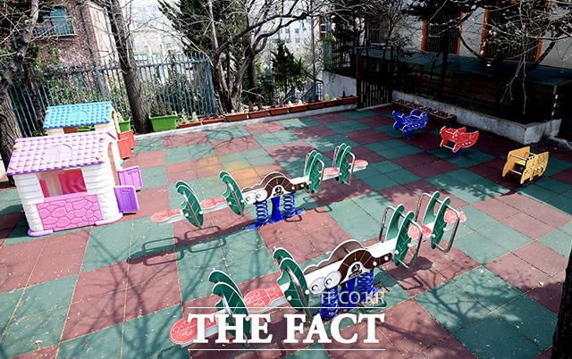 26일 청와대 국민청원 사이트에 따르면, 이날 오후 1시 기준 어린이집 원아 대 담임보육교사 인원비율 및 야외놀이 시 인원비율에 대한 법령 개정을 바랍니다라는 제목의 청원에 10만여명이 참여했다. 사진은 기사내용과 관계없음. /더팩트DB
